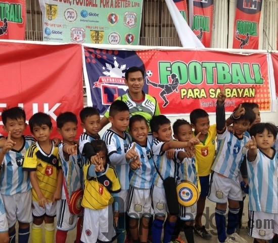 Former PHL Azkals star and Globe ambassador Chieffy Caligdong leads the first leg of the TM Football Para sa Bayan football festival.